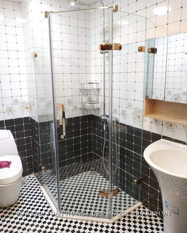 Phòng tắm kính vát góc tối ưu không gian