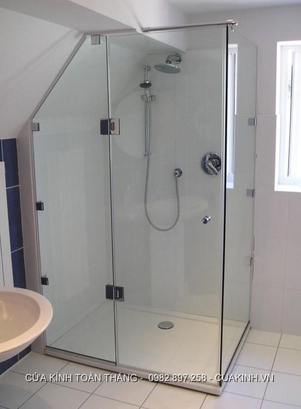 Vách kính phòng tắm góc đứng