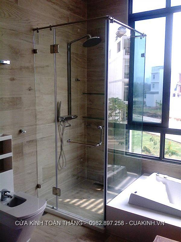 Vách kính nhà tắm đứng cửa mở