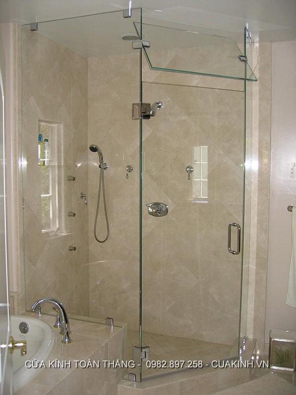 Vách kính nhà tắm vát góc có cửa thoáng
