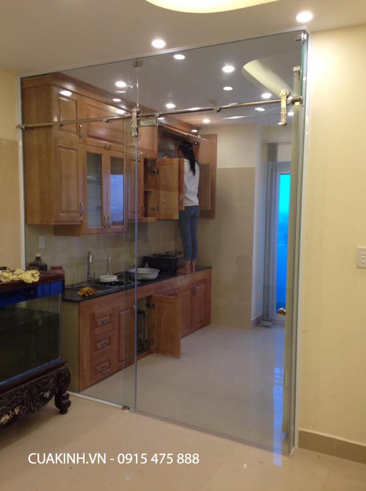 Cửa kính lùa ống inox 1 cánh ngăn không gian phòng bếp