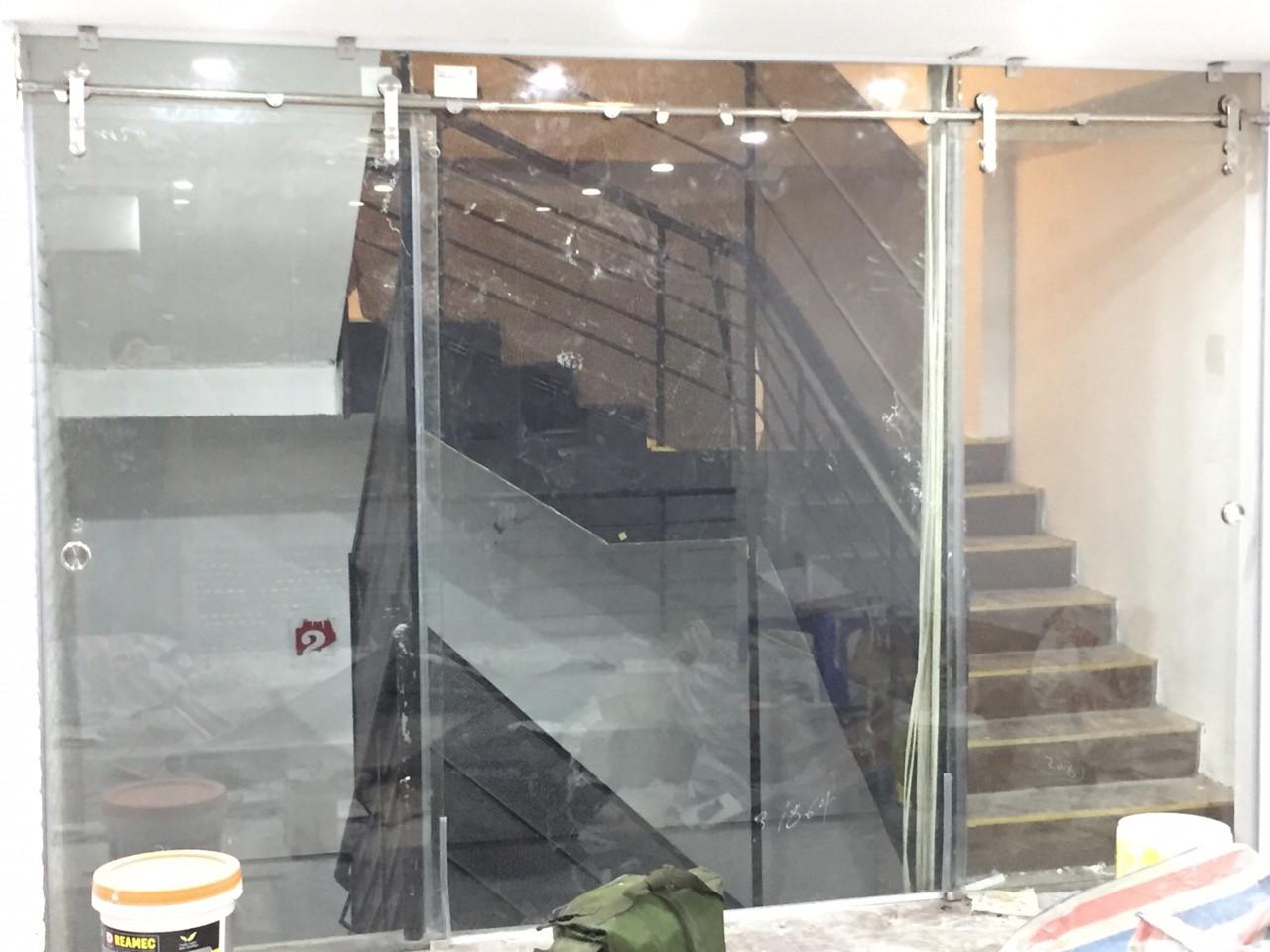 Cửa lùa ống inox 2 cánh ngăn không gian cầu thang