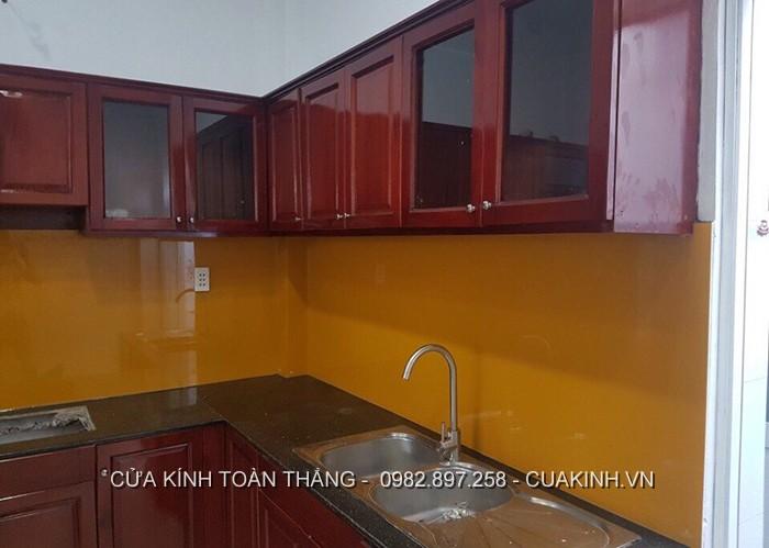 Kính ốp bếp màu cam nhạt