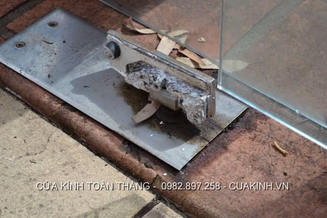 Sửa bản lề cửa kính bị chảy dầu