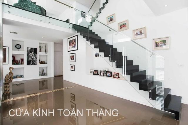 Cầu thang kính là xu hướng mới trong những ngôi nhà hiện đại