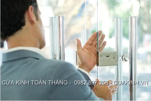 Lưu ý khi sử dụng để khoá cửa kính cường lực không bị kẹt