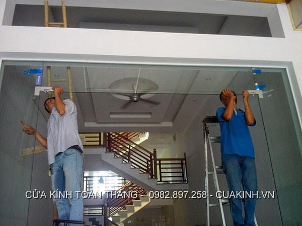 Thuê đơn vị chuyên sửa khoá cửa kính cường lực