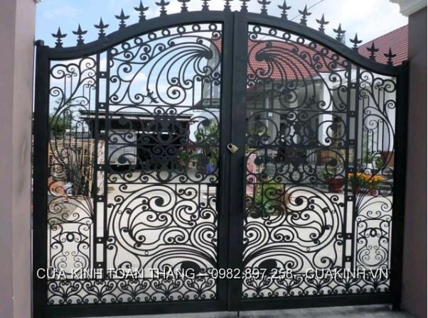 Cửa sắt thích hợp làm cổng ra vào